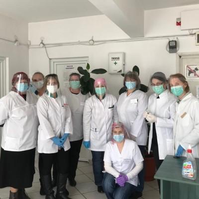 Mii de viziere donate către spitalele din Argeș! Fabrica de Jucării a lui Moș Crăciun a devenit fabrică de viziere